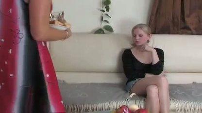 Молодая девушка разводит ноги перед своей зрелой подругой