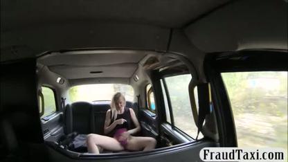 Страстная блондинка встала раком на капоте и отдалась таксисту