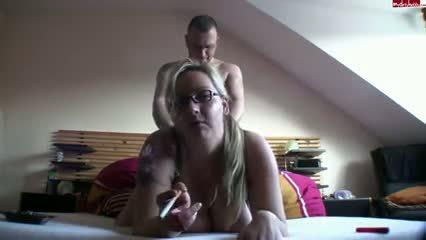Пышная блондинка закуривает сигарету во время бурного секса