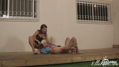 Страстная женщина кончает парню в рот и заставляет слизывать