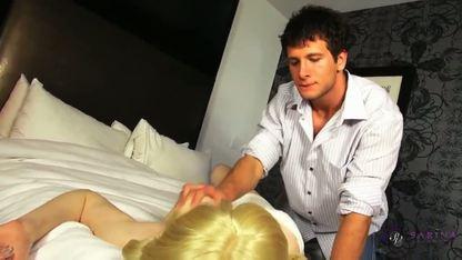 Трансексуальную блондинку мужик долбит в анальную дырку