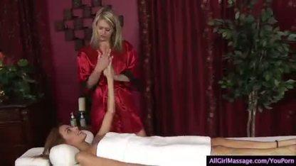 Массажистка трахает свою спутницу пальцами