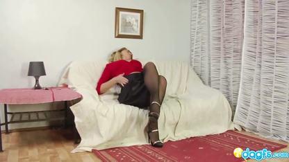 Мускулистый парень сношает белокурую девку в тугую задницу