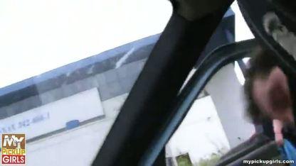 Сучка трахается с незнакомцев в такси и получает сперму на язык