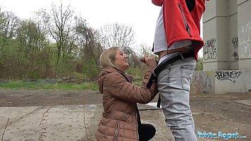 Очаровательная блондинка дала на улице за деньги