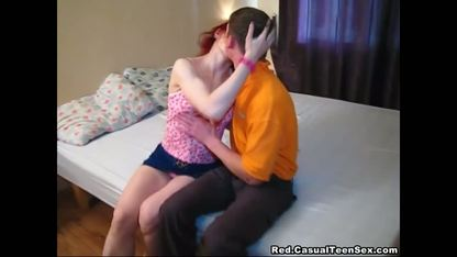 Парень занимается сексом со своей рыжеволосой женщиной на кровати