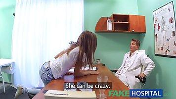 Стройная красотка раздвинула ноги широко открыты для фальшивый доктор и получил очень жесткий пиздец