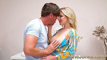 Грудастая блондинка занимается сексом с влюбленным трахарем